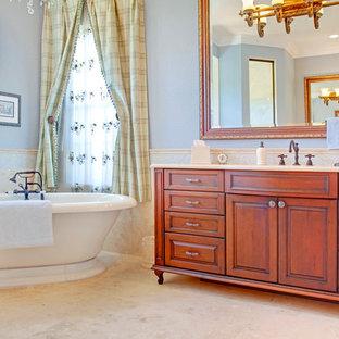 Foto di una stanza da bagno mediterranea con vasca freestanding