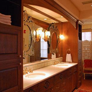 アルバカーキの中サイズのエクレクティックスタイルのおしゃれなマスターバスルーム (インセット扉のキャビネット、濃色木目調キャビネット、ドロップイン型浴槽、コーナー設置型シャワー、マルチカラーのタイル、モザイクタイル、ベージュの壁、アンダーカウンター洗面器、珪岩の洗面台) の写真