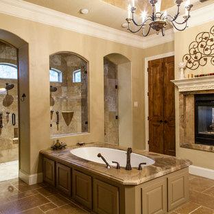 Großes Klassisches Badezimmer En Suite mit profilierten Schrankfronten, Unterbauwaschbecken, Granit-Waschbecken/Waschtisch, Unterbauwanne, offener Dusche, Toilette mit Aufsatzspülkasten, grauen Schränken, Marmorfliesen, beiger Wandfarbe und Travertin in Houston
