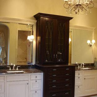 Esempio di una grande stanza da bagno padronale tradizionale con lavabo sospeso, ante di vetro, ante bianche, top in marmo, piastrelle beige, piastrelle in pietra, pareti beige e pavimento in travertino