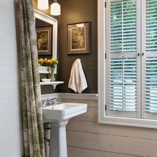 Imagen de cuarto de baño campestre con lavabo bajoencimera, bañera esquinera, combinación de ducha y bañera, sanitario de dos piezas, baldosas y/o azulejos verdes, baldosas y/o azulejos de terracota, paredes verdes y suelo de baldosas de terracota