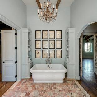 На фото: класса люкс большие главные ванные комнаты в средиземноморском стиле с врезной раковиной, фасадами островного типа, синими фасадами, мраморной столешницей, отдельно стоящей ванной, двойным душем, раздельным унитазом, разноцветной плиткой, терракотовой плиткой, синими стенами и полом из терракотовой плитки