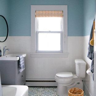Неиссякаемый источник вдохновения для домашнего уюта: ванная комната в скандинавском стиле с плоскими фасадами, серыми фасадами, угловой ванной, душем над ванной, раздельным унитазом, белой плиткой, синими стенами, душевой кабиной, монолитной раковиной, разноцветным полом, шторкой для душа и белой столешницей