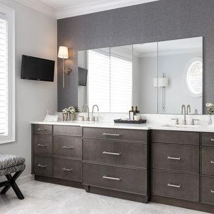 Idéer för mycket stora vintage vitt en-suite badrum, med ett fristående badkar, en dubbeldusch, en toalettstol med hel cisternkåpa, vit kakel, marmorkakel, vita väggar, marmorgolv, ett undermonterad handfat, marmorbänkskiva, grått golv, dusch med gångjärnsdörr, släta luckor och skåp i mörkt trä