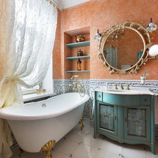 Ejemplo de cuarto de baño principal, tradicional, pequeño, con bañera exenta, baldosas y/o azulejos blancos, baldosas y/o azulejos multicolor, baldosas y/o azulejos de cerámica, parades naranjas, suelo de baldosas de porcelana, armarios con paneles empotrados y puertas de armario azules