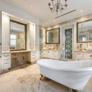 Klassisches Badezimmer mit Aufsatzwaschbecken, Löwenfuß-Badewanne, beigem Boden und beiger Waschtischplatte in Perth