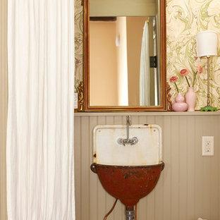 Immagine di una stanza da bagno shabby-chic style con lavabo sospeso e pareti multicolore