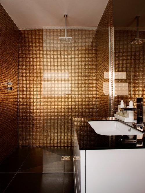 Salle de bain avec une douche à l\'italienne et un mur orange ...