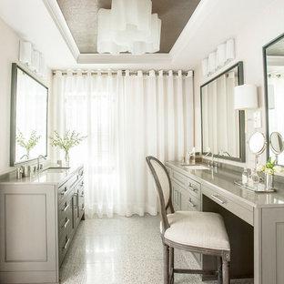 Imagen de cuarto de baño principal, tradicional, de tamaño medio, con lavabo bajoencimera, puertas de armario grises, baldosas y/o azulejos marrones, baldosas y/o azulejos en mosaico y paredes blancas