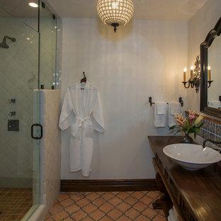 Cette photo montre une salle de bain méditerranéenne.