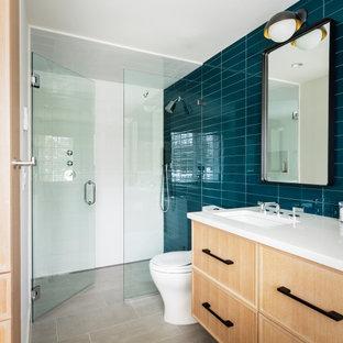 Inspiration för mellanstora moderna vitt badrum för barn, med luckor med infälld panel, beige skåp, blå kakel, glaskakel, vita väggar, klinkergolv i porslin, ett undermonterad handfat, bänkskiva i kvartsit, grått golv, en kantlös dusch, en toalettstol med separat cisternkåpa och dusch med gångjärnsdörr