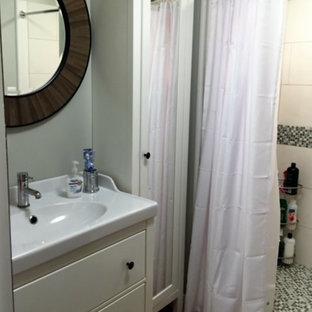Idee per una piccola stanza da bagno padronale nordica con ante lisce, ante bianche, doccia alcova, WC a due pezzi, piastrelle grigie, piastrelle a mosaico, pareti grigie, pavimento in linoleum, lavabo integrato, pavimento marrone e doccia con tenda