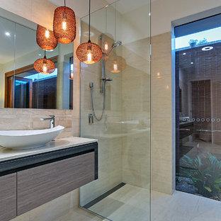 Idee per una stanza da bagno padronale tropicale di medie dimensioni con doccia aperta, bidè, piastrelle gialle, piastrelle in gres porcellanato, pareti bianche, pavimento in gres porcellanato e lavabo a bacinella