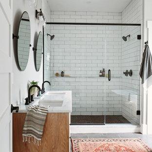 Свежая идея для дизайна: маленькая главная ванная комната в стиле неоклассика (современная классика) с фасадами в стиле шейкер, белой плиткой, плиткой кабанчик, полом из керамогранита, врезной раковиной, столешницей из кварцита, душем с распашными дверями, белой столешницей, фасадами цвета дерева среднего тона, двойным душем, белыми стенами и серым полом - отличное фото интерьера