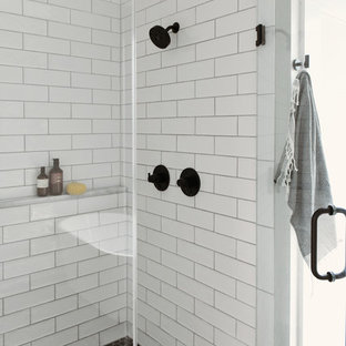 Стильный дизайн: маленькая главная ванная комната в современном стиле с фасадами в стиле шейкер, светлыми деревянными фасадами, отдельно стоящей ванной, открытым душем, белой плиткой, плиткой кабанчик, полом из керамогранита, врезной раковиной, столешницей из кварцита, черным полом, душем с распашными дверями и белой столешницей - последний тренд