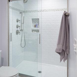 Immagine di una grande stanza da bagno chic con doccia alcova, WC a due pezzi, piastrelle bianche, piastrelle in ceramica, pareti viola e pavimento in gres porcellanato