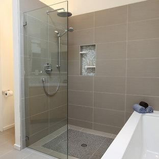 Неиссякаемый источник вдохновения для домашнего уюта: большая главная ванная комната в стиле ретро с врезной раковиной, столешницей из искусственного кварца, полновстраиваемой ванной, серой плиткой, полом из керамогранита, плоскими фасадами, светлыми деревянными фасадами, душевой комнатой, унитазом-моноблоком, керамогранитной плиткой и белыми стенами