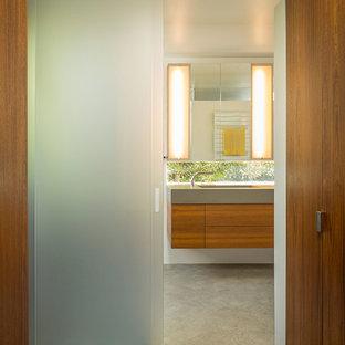 Esempio di una piccola stanza da bagno padronale minimal con lavabo integrato, ante lisce, ante in legno scuro, top in cemento, piastrelle grigie, piastrelle in ceramica, pareti bianche e pavimento in legno massello medio