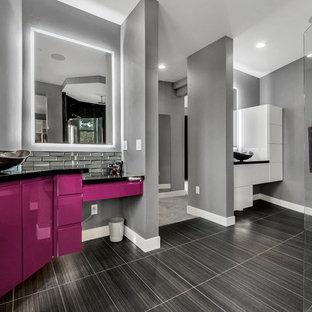 デンバーの大きいコンテンポラリースタイルのおしゃれな浴室 (フラットパネル扉のキャビネット、紫のキャビネット、グレーのタイル、サブウェイタイル、磁器タイルの床、ベッセル式洗面器、珪岩の洗面台、黒い床、オープンシャワー、黒い洗面カウンター) の写真