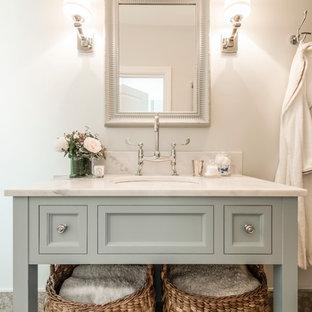ロンドンの小さいトラディショナルスタイルのおしゃれなマスターバスルーム (オープンシェルフ、青いキャビネット、大理石の洗面台、グレーの壁、アンダーカウンター洗面器) の写真