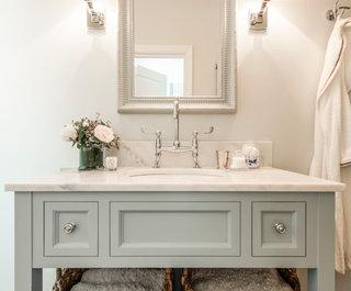 ' ' from the web at 'https://st.hzcdn.com/fimgs/0af12da0057ad5f5_7994-w320-h265-b0-p0--traditional-bathroom.jpg'