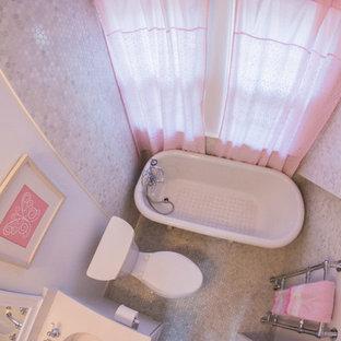 Imagen de cuarto de baño infantil, clásico renovado, pequeño, con armarios estilo shaker, puertas de armario blancas, bañera exenta, sanitario de una pieza, baldosas y/o azulejos blancos, baldosas y/o azulejos de piedra, paredes blancas, suelo con mosaicos de baldosas y lavabo bajoencimera
