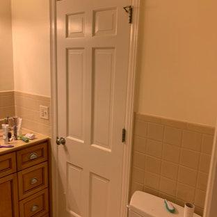 他の地域の中くらいのコンテンポラリースタイルのおしゃれな子供用バスルーム (オープンシェルフ、アルコーブ型浴槽、シャワー付き浴槽、分離型トイレ、白いタイル、サブウェイタイル、白い壁、セラミックタイルの床、ペデスタルシンク、ステンレスの洗面台、黒い床、シャワーカーテン、白い洗面カウンター) の写真