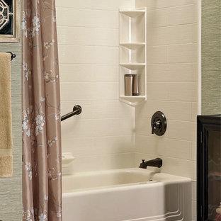 Idee per una stanza da bagno padronale etnica di medie dimensioni con vasca ad alcova, vasca/doccia, piastrelle bianche, piastrelle in ceramica, pareti verdi, pavimento con piastrelle in ceramica, ante di vetro, ante in legno bruno, pavimento marrone e doccia con tenda