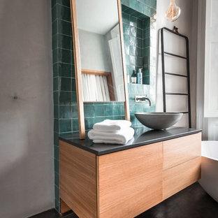 Großes Shabby-Look Duschbad mit verzierten Schränken, braunen Schränken, freistehender Badewanne, offener Dusche, Wandtoilette, braunen Fliesen, Terrakottafliesen, beiger Wandfarbe, Wandwaschbecken, Waschtisch aus Holz, beigem Boden und offener Dusche in London