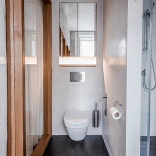 Modelo de cuarto de baño con ducha, romántico, grande, con armarios tipo mueble, puertas de armario marrones, bañera exenta, ducha abierta, sanitario de pared, baldosas y/o azulejos marrones, baldosas y/o azulejos de terracota, paredes beige, lavabo suspendido, encimera de madera, suelo beige y ducha abierta