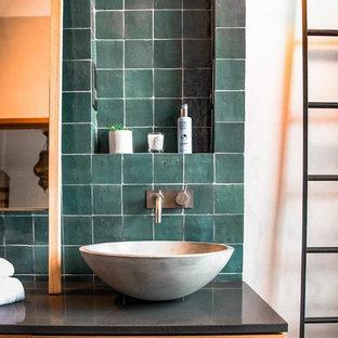 Imagen de cuarto de baño con ducha, romántico, grande, con armarios tipo mueble, puertas de armario marrones, bañera exenta, ducha abierta, sanitario de pared, baldosas y/o azulejos marrones, baldosas y/o azulejos de terracota, paredes beige, lavabo suspendido, encimera de madera, suelo beige y ducha abierta