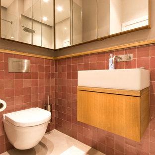Foto di una grande stanza da bagno con doccia stile shabby con consolle stile comò, ante marroni, doccia aperta, WC sospeso, piastrelle marroni, piastrelle in terracotta, pareti beige, lavabo sospeso, top in legno, pavimento beige e doccia aperta