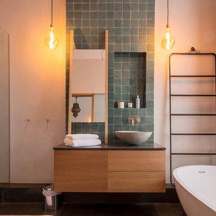 Foto de cuarto de baño con ducha, romántico, grande, con armarios tipo mueble, puertas de armario marrones, bañera exenta, ducha abierta, sanitario de pared, baldosas y/o azulejos marrones, baldosas y/o azulejos de terracota, paredes beige, lavabo suspendido, encimera de madera, suelo beige y ducha abierta