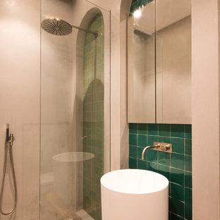 Diseño de cuarto de baño con ducha, romántico, grande, con armarios tipo mueble, puertas de armario marrones, bañera exenta, ducha abierta, sanitario de pared, baldosas y/o azulejos marrones, baldosas y/o azulejos de terracota, paredes beige, lavabo suspendido, encimera de madera, suelo beige y ducha abierta