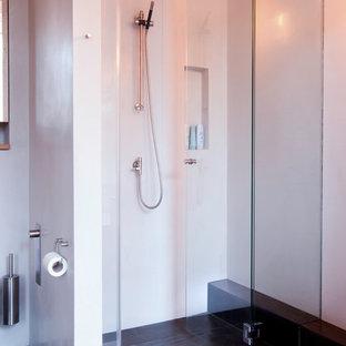 Idee per una grande stanza da bagno con doccia shabby-chic style con consolle stile comò, ante marroni, vasca freestanding, doccia aperta, WC sospeso, piastrelle marroni, piastrelle in terracotta, pareti beige, lavabo sospeso, top in legno, pavimento beige e doccia aperta