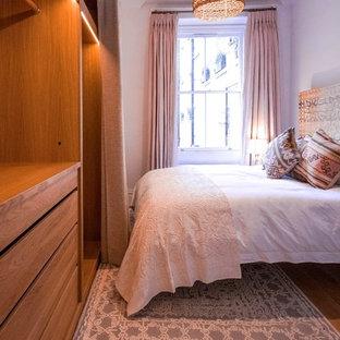 Großes Shabby-Chic-Style Duschbad mit verzierten Schränken, braunen Schränken, offener Dusche, Wandtoilette, braunen Fliesen, Terrakottafliesen, beiger Wandfarbe, Wandwaschbecken, Waschtisch aus Holz, beigem Boden und offener Dusche in London