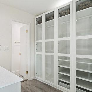 Imagen de cuarto de baño con ducha, tradicional renovado, de tamaño medio, con armarios con paneles empotrados, puertas de armario grises, suelo laminado, lavabo bajoencimera, encimera de cuarzo compacto, suelo marrón, encimeras blancas y paredes grises