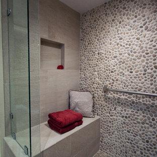 Ejemplo de cuarto de baño principal, actual, grande, con baldosas y/o azulejos multicolor, suelo de baldosas tipo guijarro, paredes marrones, suelo de baldosas tipo guijarro y suelo marrón