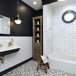 Immagine di una stanza da bagno classica con vasca/doccia, pistrelle in bianco e nero, piastrelle diamantate, pareti nere, lavabo rettangolare e vasca da incasso