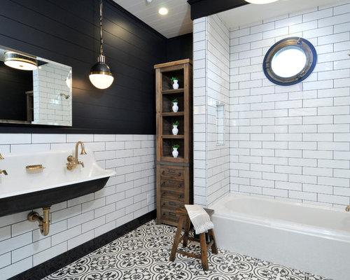 Rivestimento Bagno Bianco E Nero: Un bagno con motivi o piastrelle a fiori petaloso.