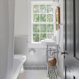 Immagine di una piccola stanza da bagno con doccia country con vasca con piedi a zampa di leone, vasca/doccia, pareti bianche, lavabo a consolle, pavimento bianco, doccia con tenda e pavimento con piastrelle a mosaico