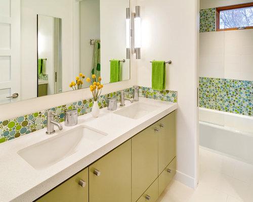 Salle de bain pour enfant avec des portes de placards vertess : Photos ...