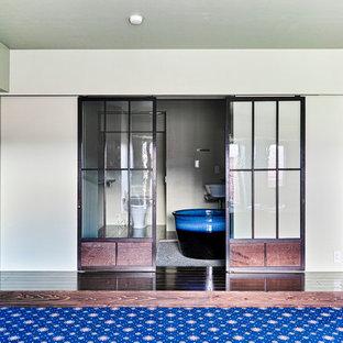 Diseño de cuarto de baño principal, romántico, pequeño, con bañera japonesa, combinación de ducha y bañera, sanitario de una pieza, paredes beige, suelo de madera en tonos medios y lavabo sobreencimera