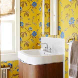 Ejemplo de cuarto de baño ecléctico con lavabo suspendido, armarios tipo mueble, puertas de armario de madera oscura, encimera de acrílico, ducha esquinera y baldosas y/o azulejos blancos
