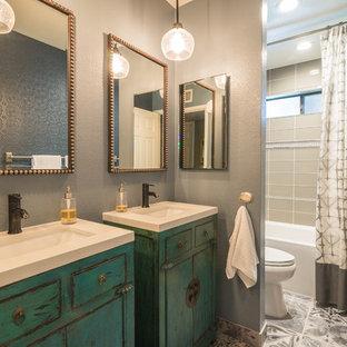 Стильный дизайн: главная ванная комната в стиле современная классика с настольной раковиной, фасадами островного типа, искусственно-состаренными фасадами, ванной в нише, душем над ванной, бежевой плиткой и серыми стенами - последний тренд