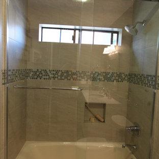 Inspiration för ett litet maritimt badrum för barn, med ett undermonterad handfat, luckor med infälld panel, vita skåp, bänkskiva i kvarts, ett badkar i en alkov, en dusch/badkar-kombination, en toalettstol med separat cisternkåpa, grön kakel, porslinskakel, blå väggar och klinkergolv i porslin
