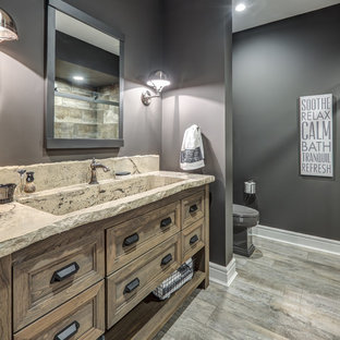 Bild på ett mellanstort rustikt beige beige en-suite badrum, med släta luckor, skåp i slitet trä, en toalettstol med hel cisternkåpa, grå väggar, ljust trägolv, ett integrerad handfat, grått golv, en kantlös dusch, grå kakel och skifferkakel