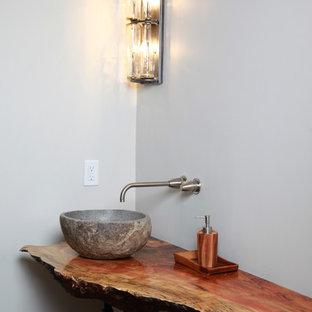 Diseño de cuarto de baño con ducha, rural, de tamaño medio, con encimera de madera, armarios tipo mueble, puertas de armario con efecto envejecido, suelo con mosaicos de baldosas y suelo naranja