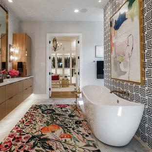 Eklektisk inredning av ett stort en-suite badrum, med släta luckor, skåp i mellenmörkt trä, ett fristående badkar, flerfärgade väggar, ett undermonterad handfat och grått golv
