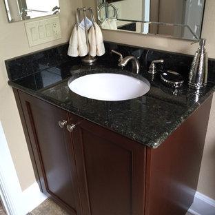 Immagine di una stanza da bagno con doccia tradizionale di medie dimensioni con ante in stile shaker, ante in legno bruno, WC a due pezzi, piastrelle beige, pareti beige, pavimento in travertino e top in granito